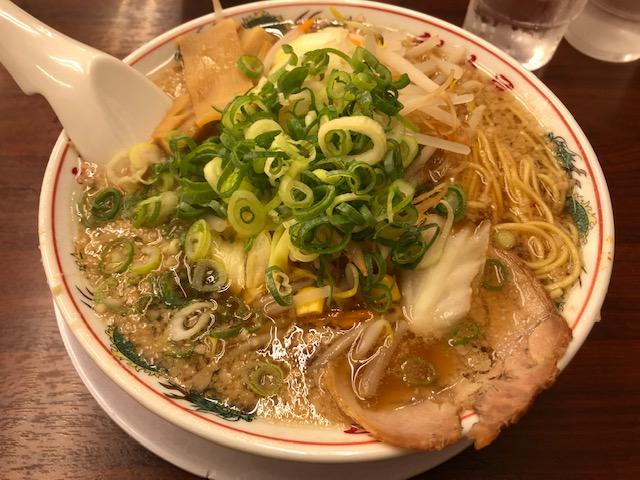瑞穂区の行列ができるラーメン店、魁力屋 京都背脂「特製醤油ラーメン」をいただきました
